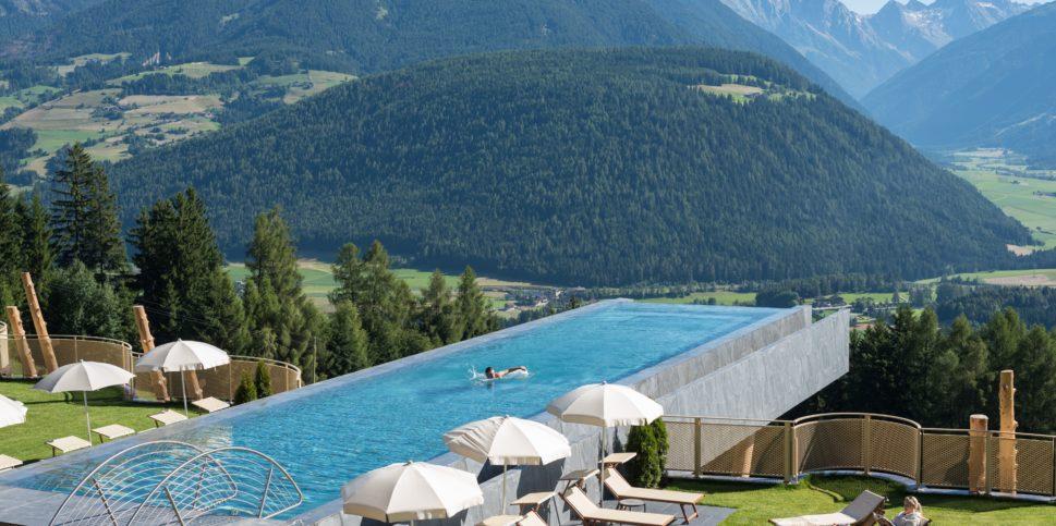 Infintiy pool berh ngend berlaufrinnenbecken for Aufstellbare schwimmbecken