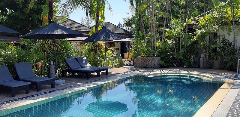 Swimming-Pool mit blauem, sauberen Wasser.