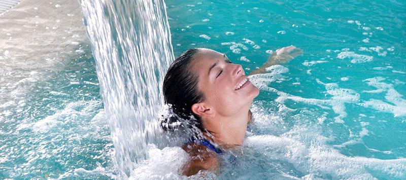 Nackenschwall, Schwalldusche - Wasserfall im Swimmingpool